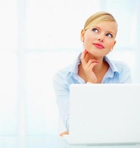 адумчивая девушка у ноутбука-700x740